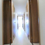 リビングから光が差す明るい廊下です!